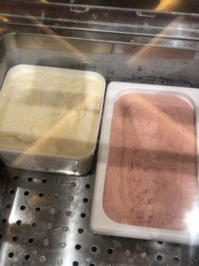 アイスクリームのバニラといちごシャーベット