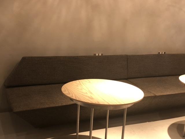 コエドーナツのソファー席